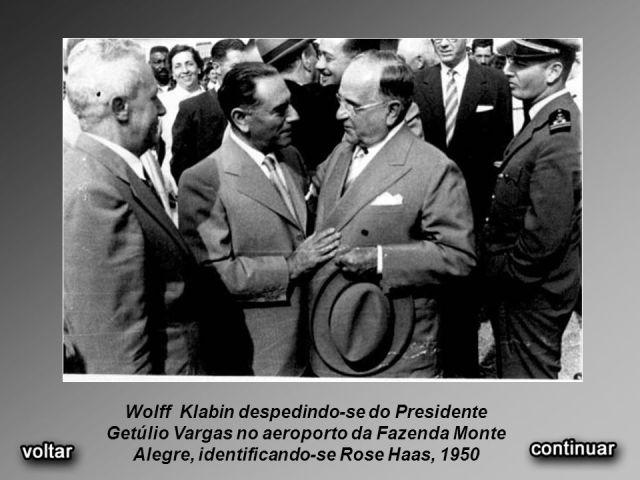 Wolff+Klabin+despedindo-se+do+Presidente+Getúlio+Vargas+no+aeroporto+da+Fazenda+Monte+Alegre,+identificando-se+Rose+Haas,+1950.jpg